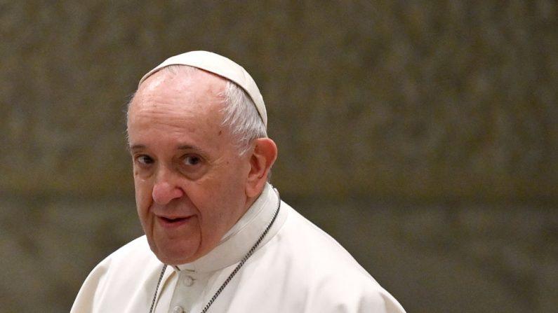 El Papa Francisco mira durante su audiencia general semanal en la sala Pablo VI el 14 de octubre de 2020 en el Vaticano. (ALBERTO PIZZOLI/AFP vía Getty Images)