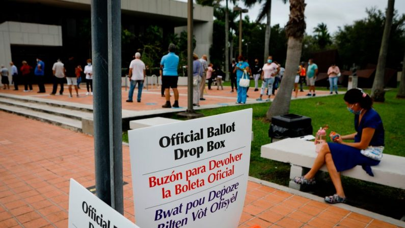 """Los letreros de """"Buzón oficial de votación"""" se ven en la Biblioteca Regional de Westchester en Miami, Florida (EE.UU.), el 19 de octubre de 2020. (Foto de EVA MARIE UZCATEGUI/AFP vía Getty Images)"""