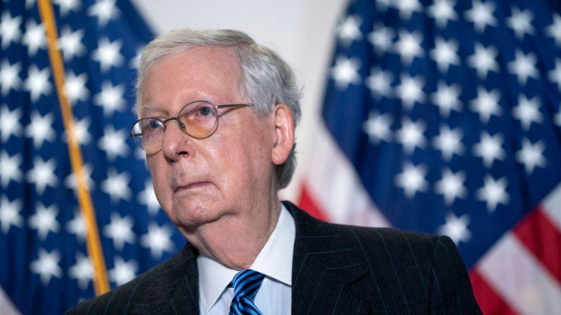 El líder de la mayoría del Senado, Mitch McConnell (R-KY), habla durante una conferencia en Capitol Hill, el 20 de octubre de 2020, en Washington, DC. (Stefani Reynolds/Getty Images)