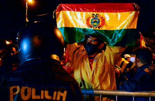 La gente protesta contra los resultados de las elecciones presidenciales del país después de que Luis Arce, del partido Movimiento al Socialismo (MAS), se proclamara vencedor de las elecciones del domingo, frente a la oficina de recuento de votos departamentales, en Cochabmba (Bolivia), el 20 de octubre de 2020. (Foto de FERNANDO CARTAGENA/AFP vía Getty Images)