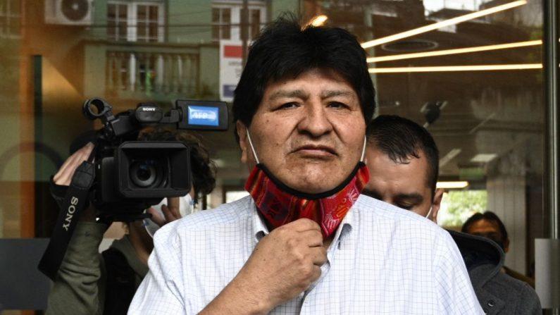 El expresidente boliviano Evo Morales se quita la mascarilla mientras se marcha tras una conferencia de prensa en Buenos Aires (Argentina), el 22 de octubre de 2020, en medio de la pandemia de covid-19. (Foto de JUAN MABROMATA/AFP vía Getty Images)