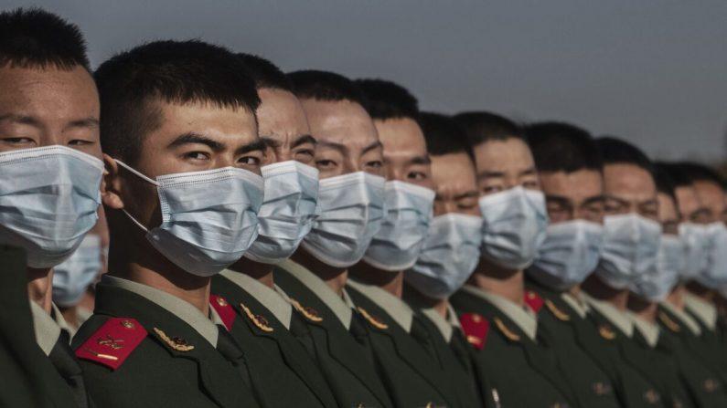 Soldados chinos se alinean después de una ceremonia que marca el 70 aniversario de la entrada de China en la Guerra de Corea en la Plaza de Tiananmen el 23 de octubre de 2020. (Kevin Frayer/Getty Images)