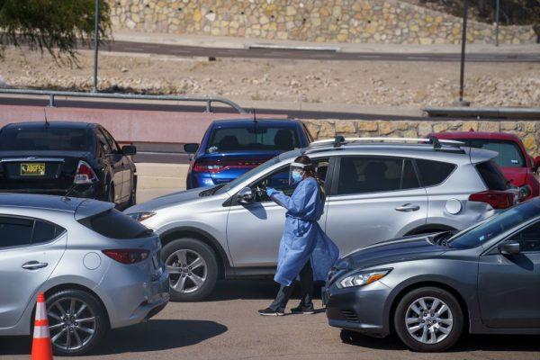Una enfermera recoge información de los pacientes que hacen cola en sus coches para las pruebas de covid-19 en la Universidad de Texas El Paso el 23 de octubre de 2020 en El Paso, Texas. (Foto de PAUL RATJE/AFP vía Getty Images)