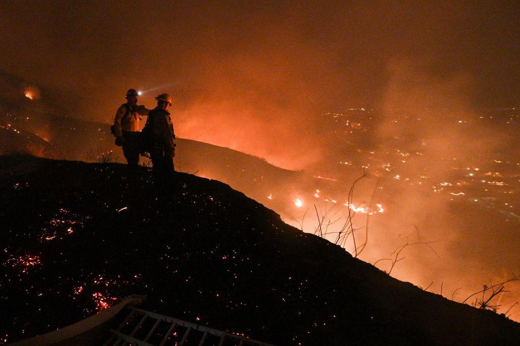 El incendio cerca de Los Ángeles baja intensidad tras quemar 5500 hectáreas