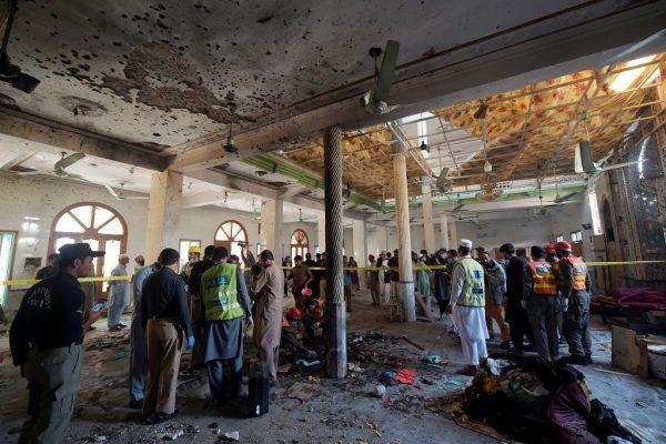 Oficiales de seguridad examinan el lugar de una explosión en una escuela religiosa en Peshawar (Pakistán) el 27 de octubre de 2020. (Foto de ABDUL MAJEED/AFP vía Getty Images)