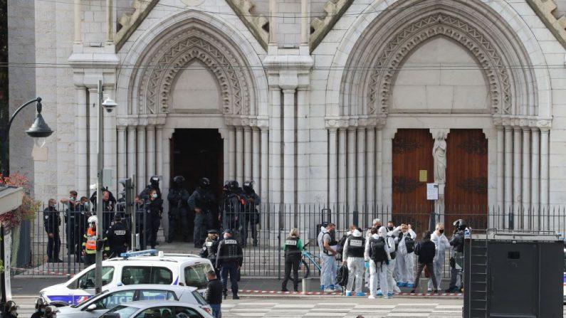 Miembros de la unidad de policía táctica de élite RAID entran para registrar la Basílica de Notre-Dame de Nice, Francia, después de un ataque con cuchillo en Niza el 29 de octubre de 2020. (VALERY HACHE/AFP vía Getty Images)