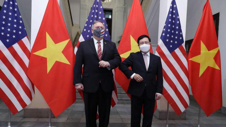Esta foto tomada y publicada el 30 de octubre de 2020 por la Agencia de Noticias de Vietnam muestra al ministro de Relaciones Exteriores de Vietnam, Pham Binh Minh (d), dándose codazos para saludar al secretario de Estado de los Estados Unidos, Mike Pompeo, antes de una reunión en Hanoi (Vietnam). (Foto de BUI LAM KHANH/Agencia de Noticias de Vietnam/AFP vía Getty Images)