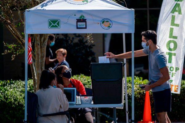 Un votante emitió su voto en una urna de votación por correo en la biblioteca sucursal de Alafaya en Orlando, Florida, el 30 de octubre de 2020. (Foto de RICARDO ARDUENGO / AFP vía Getty Images)