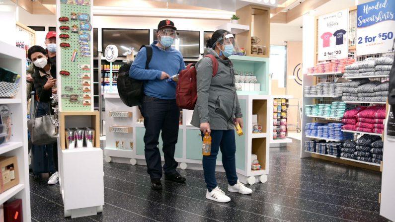 Los viajeros entran a una tienda de souvenirs dentro del Aeropuerto Internacional de San Francisco el 27 de octubre de 2020 en Burbank, California. (Michael Loccisano/Getty Images)