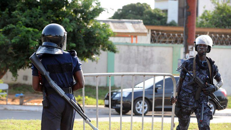 Los policías llevan una barrera en Ghana el 9 de diciembre de 2012. (Foto de PIUS UTOMI EKPEI/AFP a través de Getty Images)