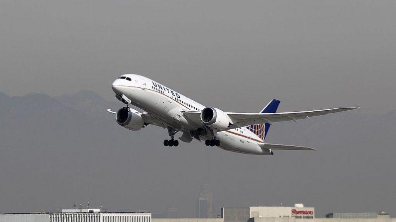 Un Boeing 787 Dreamliner operado por United Airlines, foto tomada el 9 de enero de 2013 en Los Ángeles, California. (Foto de David McNew/Getty Images)
