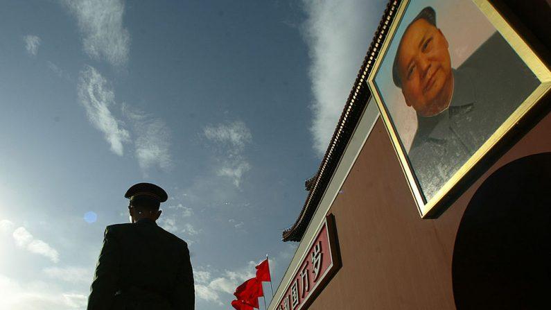 Un policía hace guardia en la Plaza Tiananmen en las afueras de la Ciudad Prohibida una semana antes del Congreso del Partido Comunista del 3 de noviembre de 2002. (PETER PARKS/AFP a través de Getty Images)