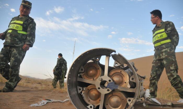 Los restos de la torre de escape Shenzhou-10 quedan en el desierto de Badain Jaran en Alxa League, Mongolia Interior, China, el 12 de junio de 2013. (Getty Images)