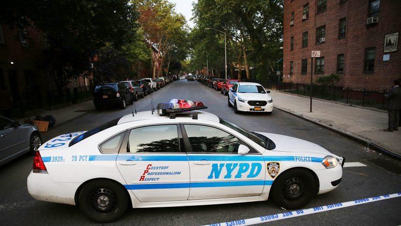 Un coche de policía estacionado el 10 de junio de 2015 en el área de Gowanus del distrito de Brooklyn de la ciudad de Nueva York. (Spencer Platt/Getty Images)