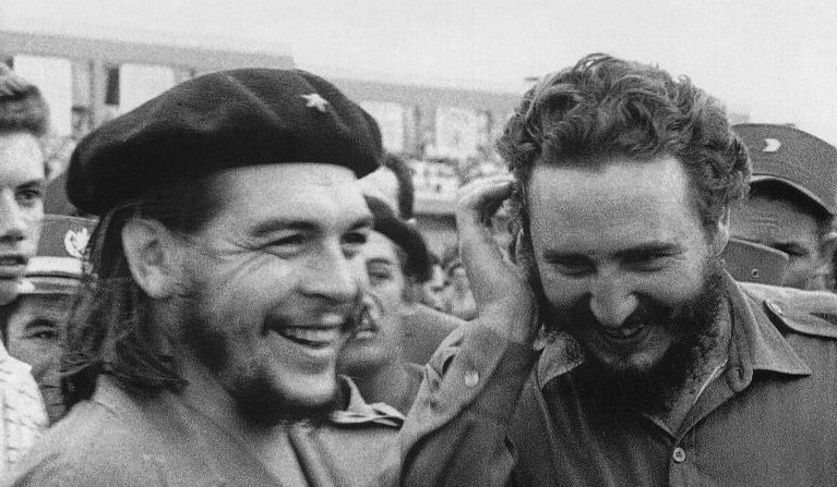 """Foto tomada en los años 60 del entonces primer ministro cubano Fidel Castro (D) durante una reunión junto a Ernesto """"Che"""" Guevara. (AFP a través de Getty Images)"""