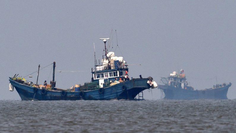 Botes de pesca ilegal china en aguas neutrales el 10 de junio de 2016 en la isla de Ganghwa, Corea del Sur. (Ministerio de Defensa de Corea del Sur, vía Getty Images)