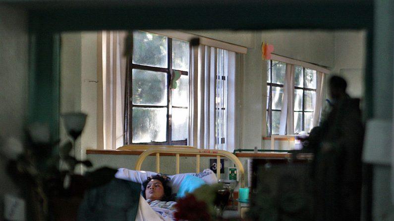 Ciudad de Guatemala, GUATEMALA: Un paciente yace en la cama en la sala de mujeres del Hospital Roosevelt, en las afueras de la Ciudad de Guatemala, el 27 de septiembre de 2006. (ORLANDO SIERRA/AFP vía Getty Images)