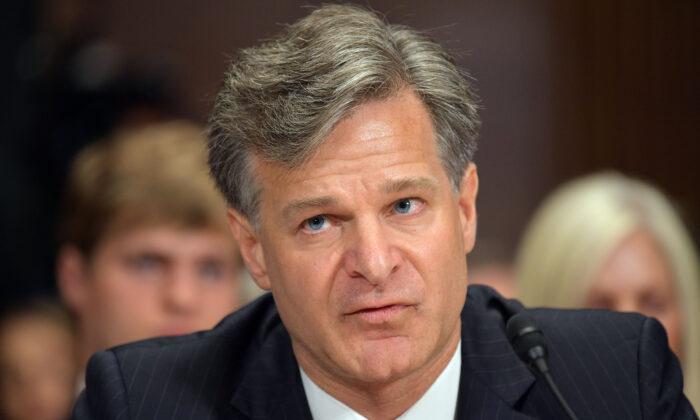 Christopher Wray, director del FBI, testifica ante el Comité Judicial del Senado en las oficinas del Senado de Dirksen, en el Capitolio, Washington, el 12 de julio de 2017. (Mandel Ngan/AFP vía Getty Images)