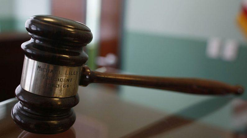 Un martillo de jueces descansa sobre un escritorio. (Foto de Joe Raedle/Getty Images)