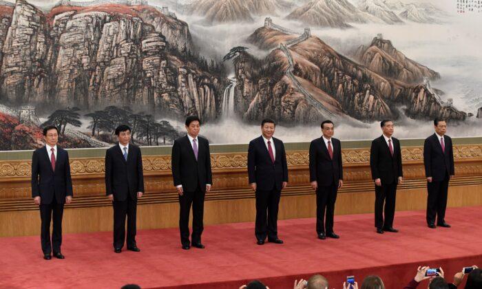 El Comité Permanente del Politburó del Partido Comunista Chino, el máximo órgano de toma de decisiones de la nación: (de izquierda a derecha)  Han Zheng, Wang Huning, Li Zhanshu, el líder chino Xi Jinping, el primer ministro Li Keqiang, Wang Yang y Zhao Leji se reúnen con la prensa en el Gran Salón of the People en Beijing el 25 de octubre de 2017 (Wang Zhao/AFP a través de Getty Images)