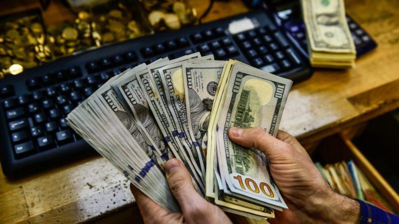 Un hombre sostiene dólares estadounidenses en esta foto de archivo. (YASIN AKGUL/AFP vía Getty Images)