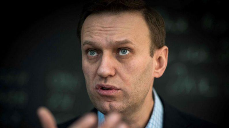 El líder de la oposición rusa Alexéi Navalni habla durante una entrevista con AFP en la oficina de su Fundación Anticorrupción (FBK) en Moscú (Rusia) el 16 de enero de 2018. (Foto de MLADEN ANTONOV/AFP vía Getty Images)