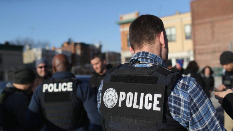 El Servicio de Inmigración y Aduanas de los Estados Unidos (ICE), oficiales se reúnen para una sesión informativa después de las operaciones de arresto de inmigrantes indocumentados el 11 de abril de 2018 en el barrio de Brooklyn de la ciudad de Nueva York (EE.UU.). (Foto de John Moore/Getty Images)