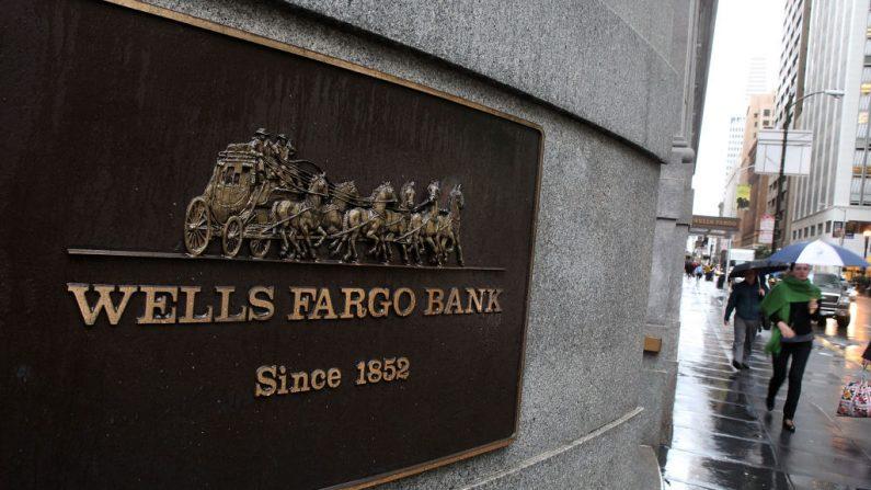 Los peatones pasan por una sucursal del Wells Fargo Bank el 20 de enero de 2010 en San Francisco, California (EE.UU.). (Foto de Justin Sullivan/Getty Images)