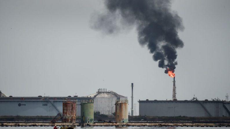 Vista de una refinería de petróleo en el lago de Maracaibo, el 2 de mayo de 2018 en Maracaibo, Venezuela. (Foto de FEDERICO PARRA/AFP vía Getty Images)