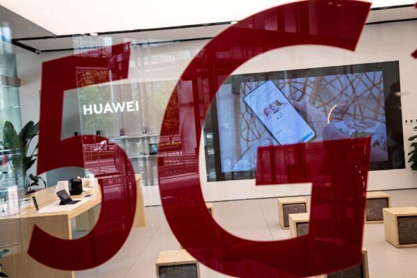 """Una tienda de Huawei presenta una etiqueta roja que dice """"5G"""" en Beijing, China, el 25 de mayo de 2020. (Nicolas Asfouri/AFP a través de Getty Images)"""