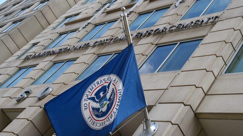 La bandera del Departamento de Seguridad Nacional ondea frente a la sede del Servicio de Inmigración y Control de Aduanas (ICE) en Washington, el 17 de julio de 2020. (Olivier Douliery/AFP/Getty Images)