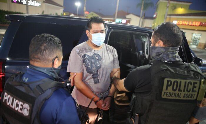 Los agentes de Operaciones de Detención y Deportación de ICE arrestan a los inmigrantes con antecedentes penales que están sujetos a ser deportados de Estados Unidos, en Los Ángeles, California, el 1 de octubre de 2020.  (Michael Johnson/Servicio de Inmigración y Control de Aduanas de Estados Unidos)