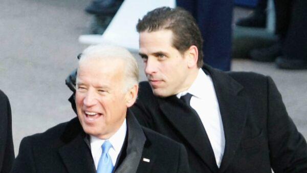 El entonces vicepresidente Joe Biden y su hijo Hunter Biden en el puesto de revisión para ver el desfile inaugural del presidente Barack Obama desde el frente de la Casa Blanca en Washington el 20 de enero de 2009. (Alex Wong/Getty Images)