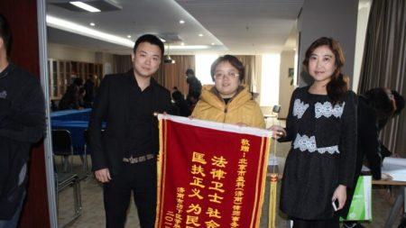 Abogado obligado a huir de China tras demandar a desarrolladores inmobiliarios todavía enfrenta persecución