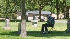 """Hombre habla con veterano solitario en tumba de su esposa: hay """"muchas personas que se preocupan"""""""