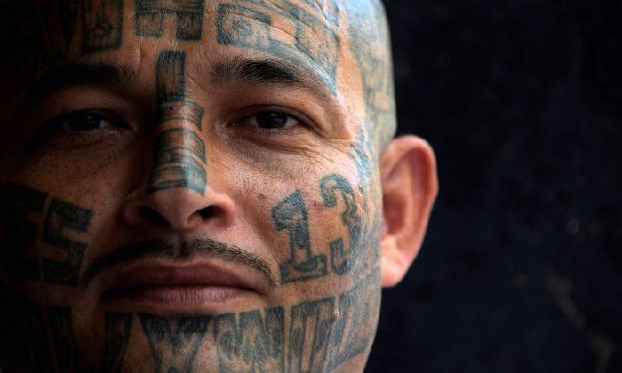 Una foto de archivo de un miembro de la pandilla MS-13 en la prisión de Chalatenango, a 52 millas al norte de San Salvador, el 29 de marzo de 2019. (Marvin RecinosAFP/Getty Images)