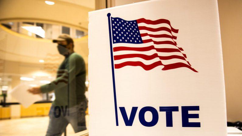 Un votante se va después de depositar su boleta en el edificio de la Administración del Condado de Beltrami en Bemidji, Minnesota, el 18 de septiembre de 2020. (Stephen Maturen/Getty Images)
