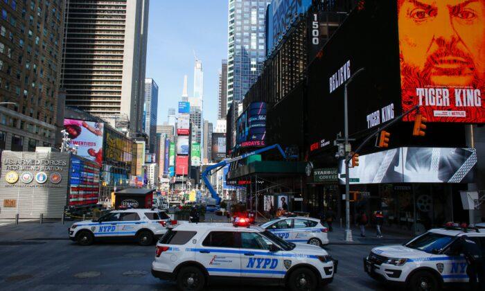 Las patrullas de la policía de Nueva York en Times Square en la ciudad de Nueva York, el 22 de marzo de 2020. (Kena Betancur/AFP vía Getty Images)