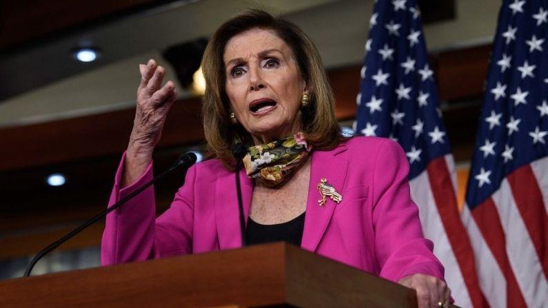 La presidenta de la Cámara de Representantes, Nancy Pelosi, demócrata de California, realiza su conferencia de prensa semanal en el Capitolio de Washington, DC, el 18 de septiembre de 2020. (NICHOLAS KAMM/AFP vía Getty Images)