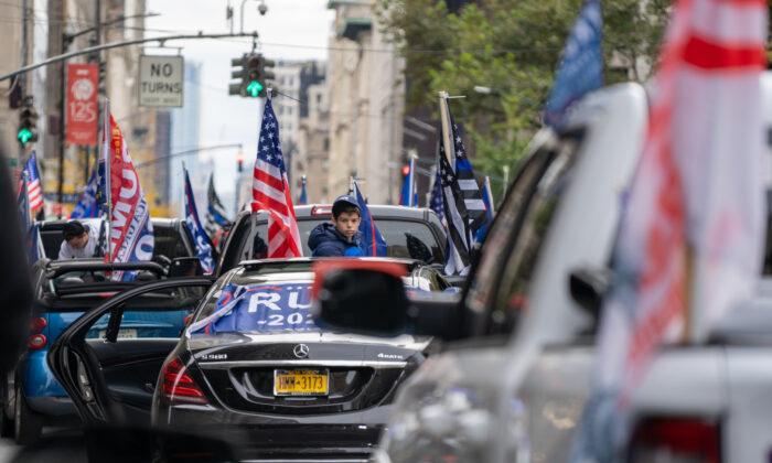 Una persona participa en una caravana en apoyo al presidente Donald Trump en la 5ª Avenida de Nueva York el 25 de octubre de 2020. (David Dee Delgado/Getty Images)