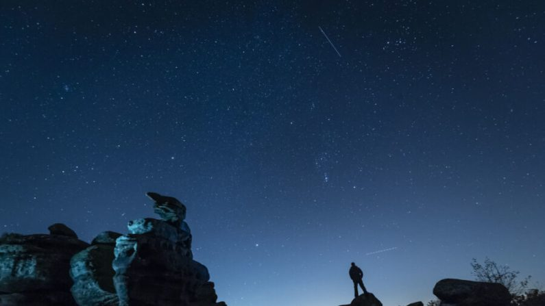 Un avión y un satélite pasan mientras la lluvia de meteoritos Oriónidas alcanza su punto álgido, en Brimham Rocks en Yorkshire, Reino Unido, en una foto de archivo. (Danny Lawson/PA Images via Getty Images)