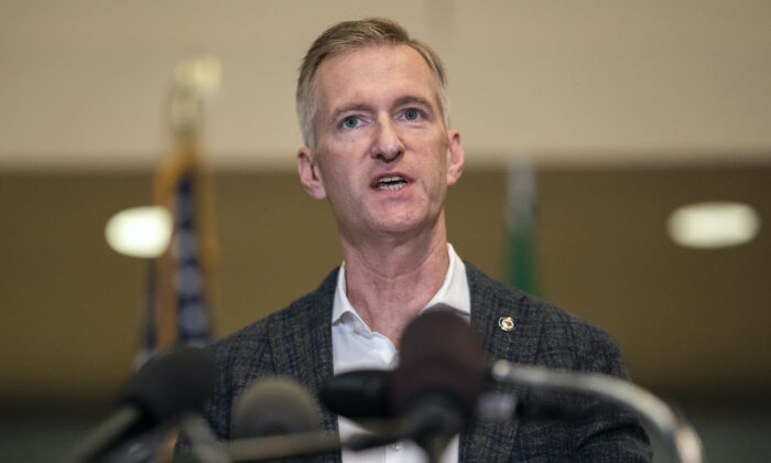 El alcalde de Portland, Ted Wheeler, habla con los medios de comunicación en el Ayuntamiento de Portland, Oregón, el 30 de agosto de 2020. (Nathan Howard/Getty Images).