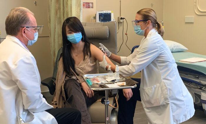Chen Cao recibe la primera dosis de una vacuna COVID-19 de prueba, en el Hospital Hoag Memorial, en Newport Beach, California, el 21 de octubre de 2020. (Cortesía del Hospital Hoag Memorial)
