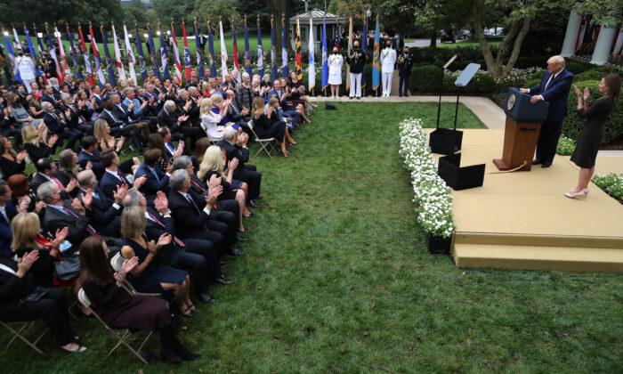 El presidente Donald Trump anuncia a la jueza Amy Coney Barrett como su nominada a la Corte Suprema en el Jardín de Rosas de la Casa Blanca, en Washington, el 26 de septiembre de 2020. (Chip Somodevilla/Getty Images)