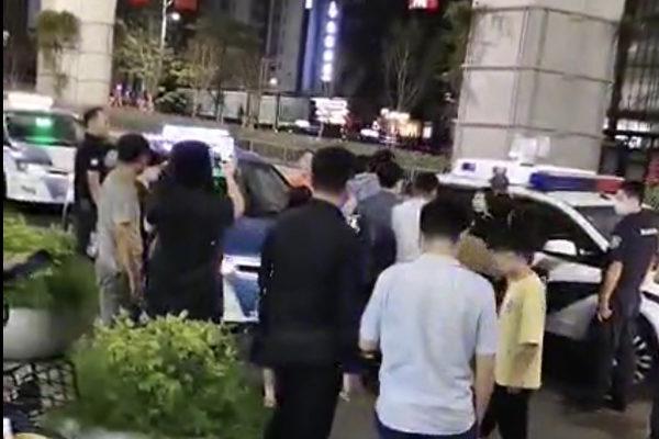 Captura de pantalla del video de las víctimas de Aishang hablando con la policía. 15 de octubre de 2020