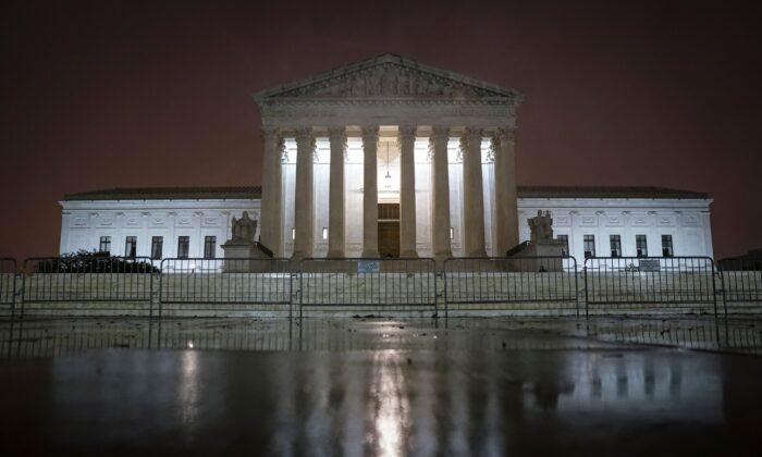 La Corte Suprema se ilumina en Washington el 12 de octubre de 2020. (Drew Angerer/Getty Images)