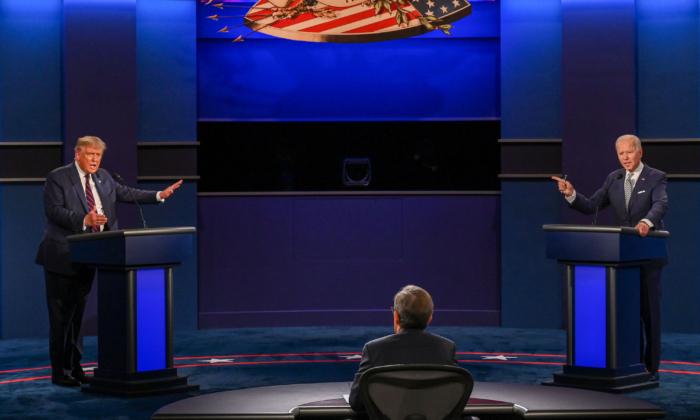 El presidente de Estados Unidos, Donald Trump (L), y el candidato presidencial demócrata Joe Biden debaten en la Universidad Case Western Reserve y en la Clínica Cleveland en Cleveland, Ohio, el 29 de septiembre de 2020. (Jim Watson/AFP vía Getty Images)