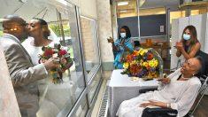 Madre de 89 años celebra la boda de su hija tras la ventana de un hogar de ancianos por la pandemia