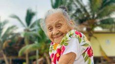 Abuelita mexicana de 94 años ve el mar por primera vez y su expresión le roba el corazón a cualquiera