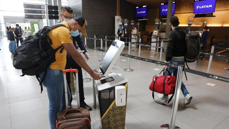 Un pasajero realiza el proceso de registro para abordar un avión. EFE/ Carlos Ortega/Archivo